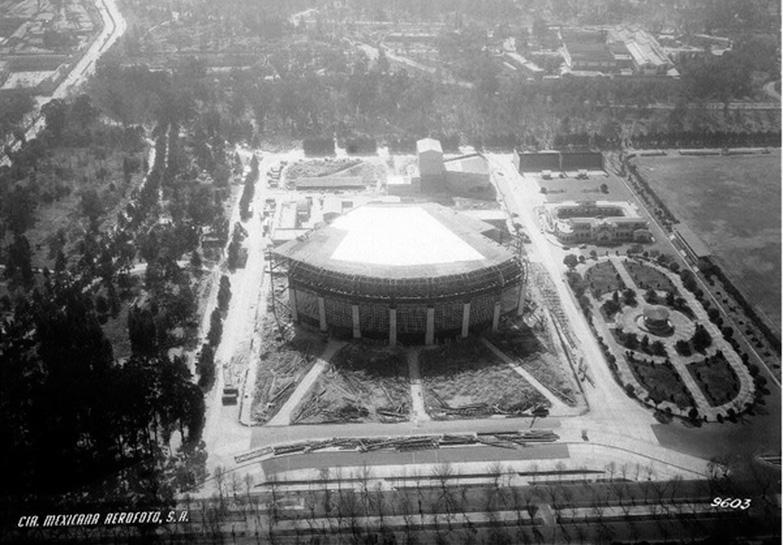 Construcción del Auditorio Nacional en1957, detrás, la edificación del Teatro del Bosque (ahora Teatro Julio Castillo) y los graneros de las instalaciones ecuestres del Ejército Nacional Mexicano (Ahora Teatro El Granero) /Fotografía: Compañía Mexicana de Aerofoto