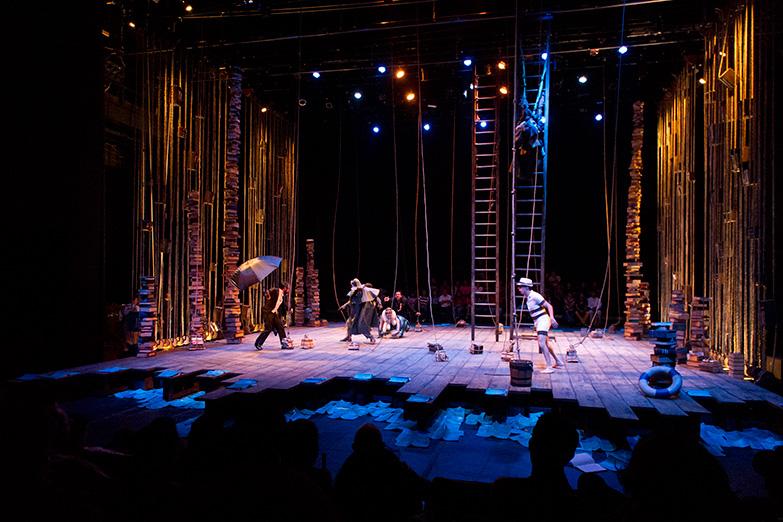 ObraTemporalde Flavio González Mellopresentada en el Teatro Julio Castillo, 2012 Archivo del Centro Cultural del Bosque -Fotografía: Pim Schalkwijk